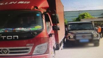 Lùi ẩu, tài xế xe container va quệt với Mercedes-Benz G-Class, gây thiệt hại hàng chục triệu đồng