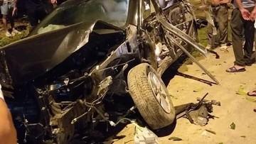 Thanh Hóa: Nổ lốp, Toyota Camry đâm vào nhà dân và lật nhiều vòng