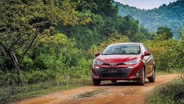"""Chưa """"ấm chỗ trên ngai vàng"""", Toyota Vios đã bị cặp đôi nhà Hyundai Thành Công vượt mặt"""