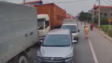 """Xôn xao với video xe container """"dằn mặt"""" hàng loạt ô tô và xe tải chạy ngược chiều"""