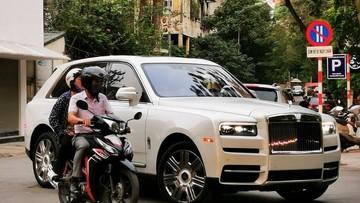 Sau tất cả, SUV siêu sang Rolls-Royce Cullinan cũng đã lăn bánh tại Việt Nam, nội thất mới là điểm chú ý