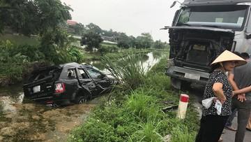 Hà Nam: SUV hạng sang Range Rover đấu đầu xe ben, lao xuống mương nước