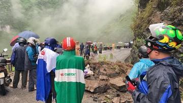 Sạt lở bất ngờ, một du khách và hướng dẫn viên bị thương nặng trên đèo Mã Pí Lèng - Hà Giang