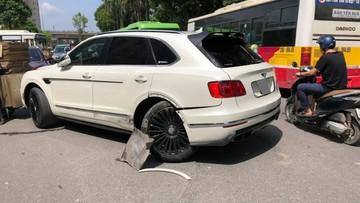 Hà Nội: Xe taxi tông gãy trục bánh sau của SUV siêu sang Bentley Bentayga