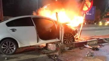 Hải Phòng: Kia Cerato bốc cháy như đuốc sau khi tông vào dải phân cách