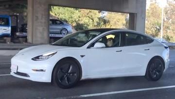 """Tài xế thản nhiên ngủ """"ngoẹo cả cổ"""", để mặc chiếc Tesla đang chạy băng băng trên cao tốc"""