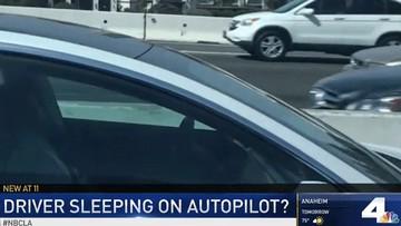 """Lại có thêm tài xế Tesla ngủ gật """"ngoẹo cả cổ"""" khi di chuyển trên cao tốc"""