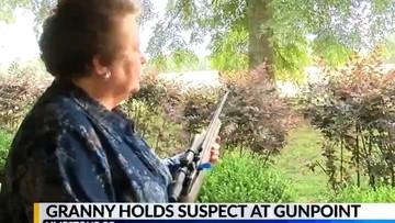 """""""Kẻ cắp gặp bà già"""": Bà lão 75 tuổi dùng súng khống chế tên trộm xe đến lúc cảnh sát tới"""