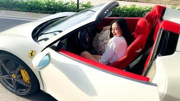 """Hot girl Sài thành tậu siêu xe mui trần Ferrari 458 Spider biển """"tứ quý"""" 8 của Lào"""