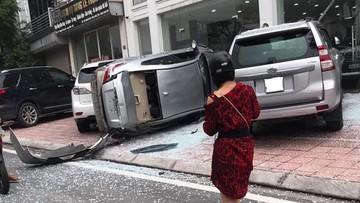 Hà Nội: Toyota Vios phi thẳng từ tầng hai xuống đất, rơi trúng Toyota Land Cruiser Prado và Lexus RX350