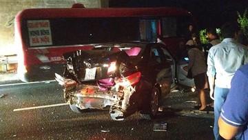 Toyota Camry bị ô tô khách tông bẹp dúm trên cao tốc Pháp Vân - Cầu Giẽ, 2 vợ chồng nhập viện