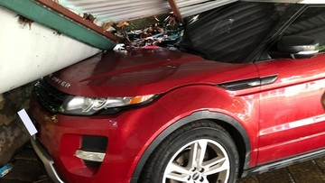 Hà Nội: Range Rover tiền tỷ bị mái tôn của một bãi gửi xe đổ sập xuống đè trúng