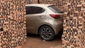 """Xôn xao với hình ảnh chiếc ô tô Mazda bị xếp gạch vây quanh như """"gà không lối thoát"""" trên đường Hà Nội"""
