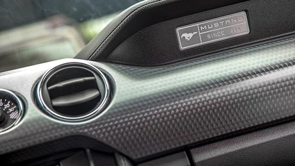 Logo trong nội thất Ford Mustang 2015