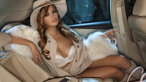 Ghen tỵ trước vẻ gợi cảm của các người mẫu phương Tây bên trong xe sang