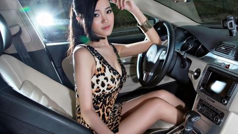 Mỹ nữ diện váy da báo, khoe thân thể đầy đặn bên cặp đôi Volkswagen CC