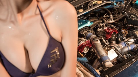 Người đẹp lạnh lùng hé lộ đồ lót bên Toyota GT86 độ toàn diện