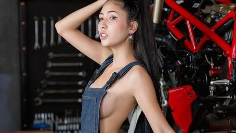 Thợ sửa xe máy mà gợi cảm thế này thì ai cũng muốn ngắm nhìn