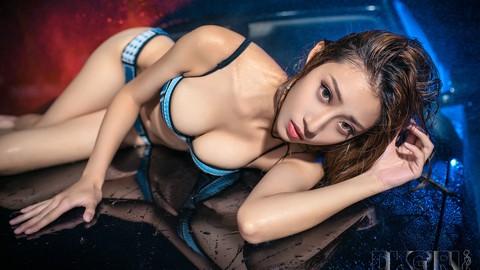 Ngắm nhìn người đẹp bikini tạo dáng ướt át gợi cảm cùng BMW