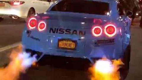 """Nếu tìm chiếc siêu xe nào """"phun lửa"""" dữ dội nhất, Nissan GT-R là đáp án không thể tốt hơn"""