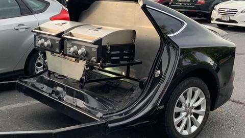 """Hài hước cảnh xe sang Audi A7 biến thành """"toa moóc nướng BBQ"""""""
