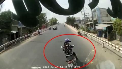 Video: Xanh mặt với pha sang đường và tạt đầu xe khách của nữ chạy xe máy