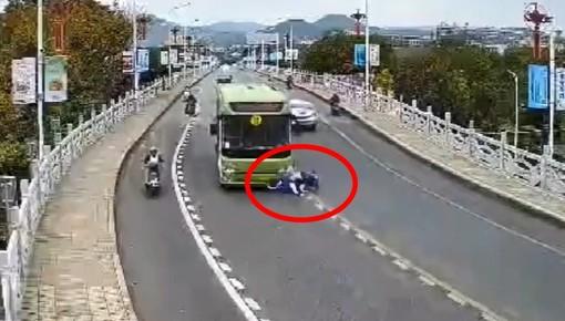 Video quay lại cảnh 2 học sinh ôm cua xe máy tốc độ cao, lao vào đầu xe buýt khiến người xem sợ hãi