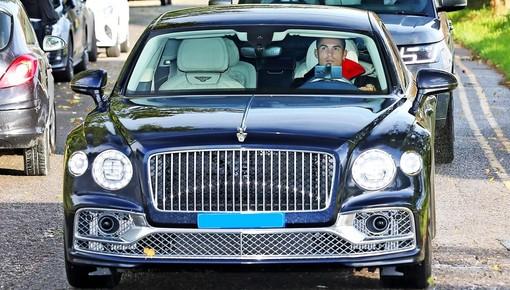 Ảnh chụp Cristiano Ronaldo lái Bentley Flying Spur mới mua đến sân tập khiến cư dân mạng thắc mắc