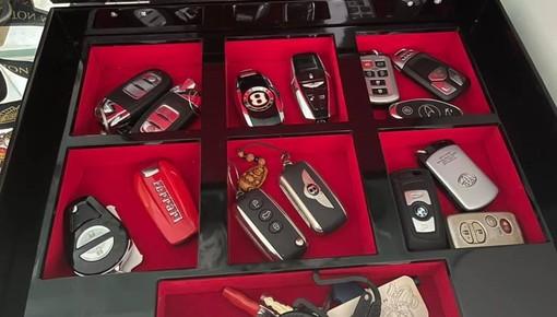 Hoàng Kim Khánh khoe va li quyền lực, nhìn thôi đã thấy sặc mùi tiền, chờ chìa khóa triệu đô của Koenigsegg