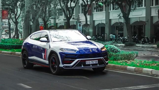 """Sau Tết Kỷ Hợi 2019, Nhật Minh """"lột áo"""" màu crôm của Lamborghini Urus để dán đề-can màu mới"""