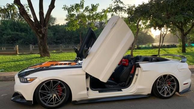 Đánh giá nhanh Ford Mustang mui trần độ body kit carbon cùng cửa cắt kéo Lamborghini ở Sài thành