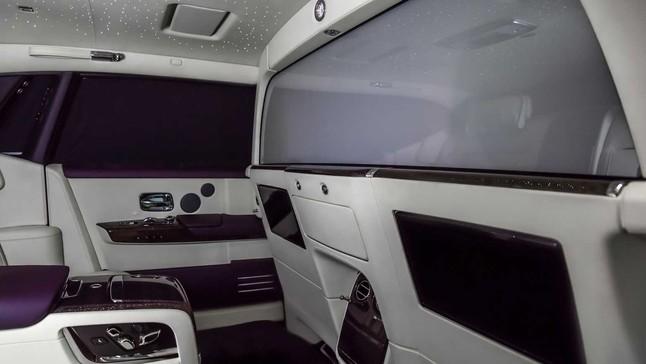 """Đánh giá Rolls-Royce Phantom VIII """"hàng thửa"""" của đại gia Hồng Kông với vách ngăn riêng tư hàng ghế sau"""