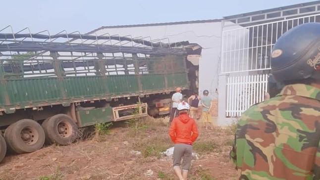Đắk Lắk: Xe container đâm xuyên vào phòng khách của ngôi nhà bên đường, 6 người trong một gia đình thoát chết