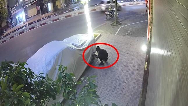 Video: Lợi dụng bảo vệ đi vệ sinh, 2 kẻ gian liền ra tay trộm logo bánh xe của Rolls-Royce Wraith đỗ trên vỉa hè