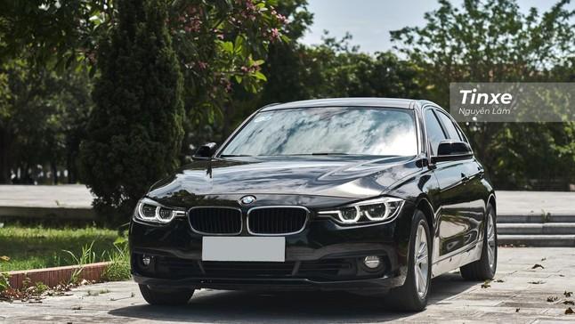"""BMW 320i 2016 lên sàn với nội thất đính đá """"chơi"""" hết tầm, chủ xe chấp nhận lỗ tới 700 triệu đồng"""