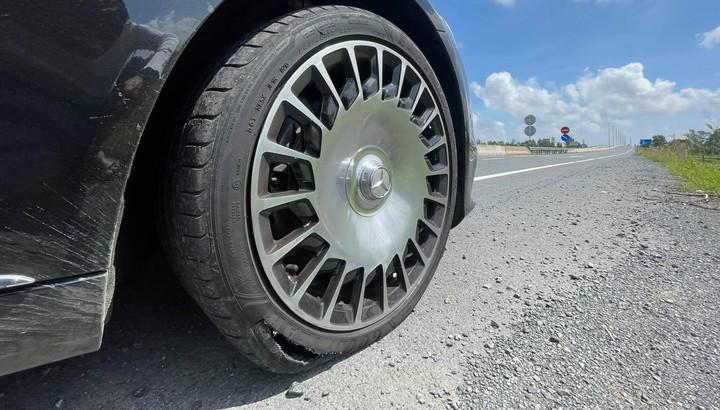 Trải nghiệm đường miền Tây khiến lái xe Mercedes-Maybach S-Class khóc ròng vì 1 bánh xe nổ vỏ