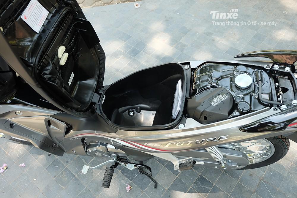 Xe máy số thường có cần số bên tai trái người lái, cốp nhỏ và bình xăng dưới yên xe