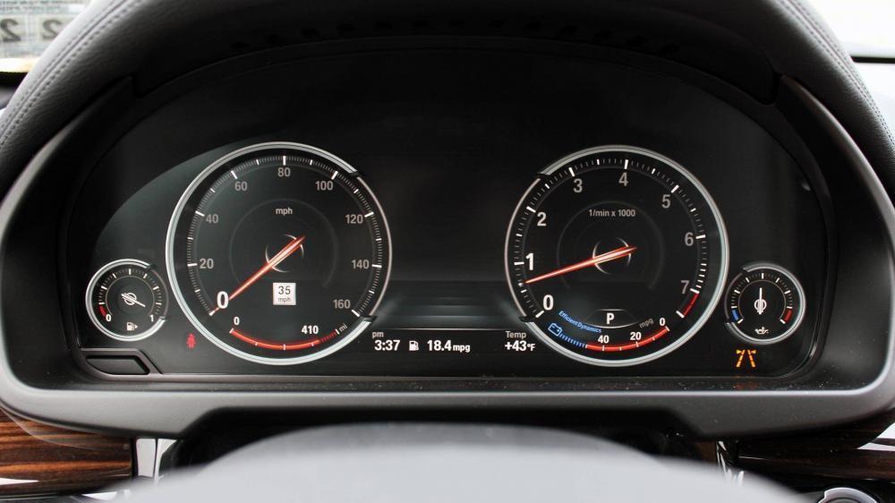 BMW X6 được trang bị cụm đồng hồ điện tử rõ nét