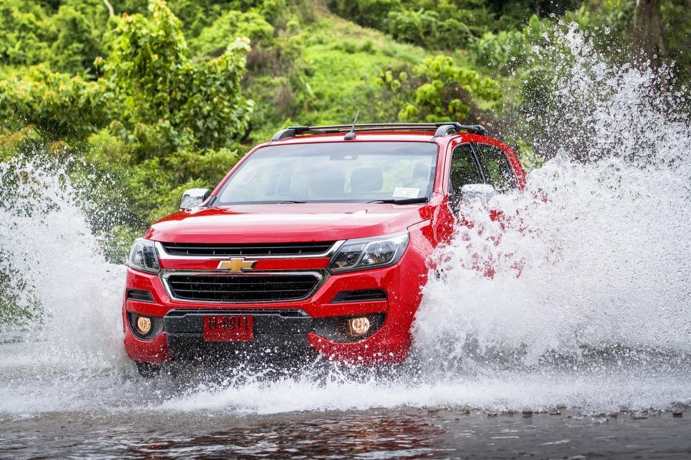 Chevrolet Colorado đi qua đoạn đường ngập nước