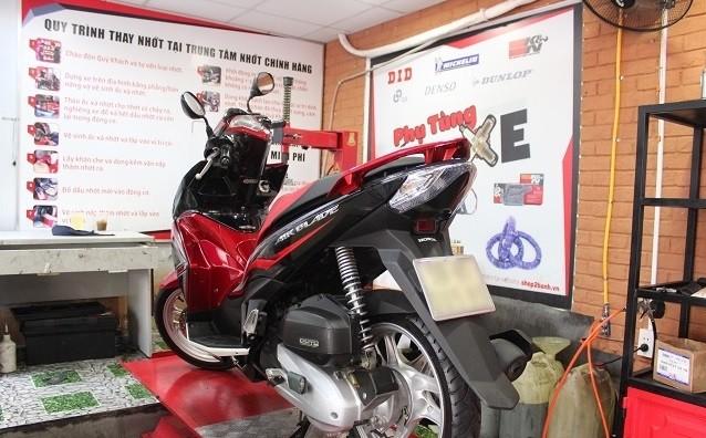 Các cửa hàng sửa chữa xe máy thường có giá hợp lý hơn trong hãng khi thay thế phụ tùng