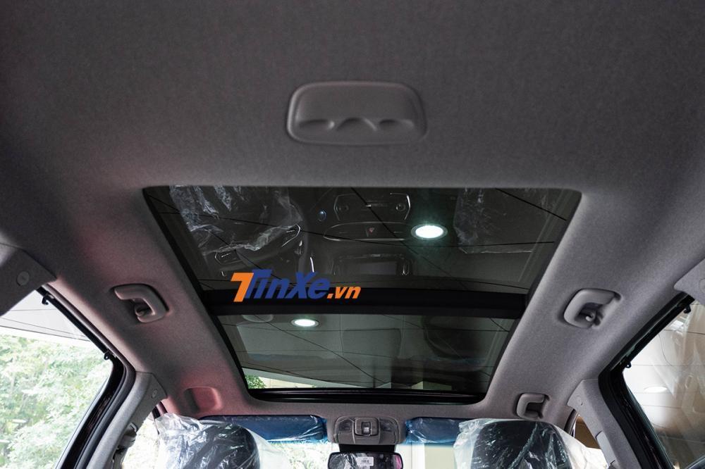 Ở bản đặc biệt và Premium cao cấp nhất, xe có trang bị cửa sổ trời