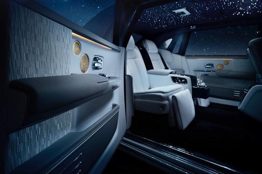 Nội thất của Rolls-Royce Phantom Tranquility bọc da Arctic White và Selby Grey