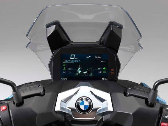 Bảng đồng hồ là màn hình màu của BMW C400X