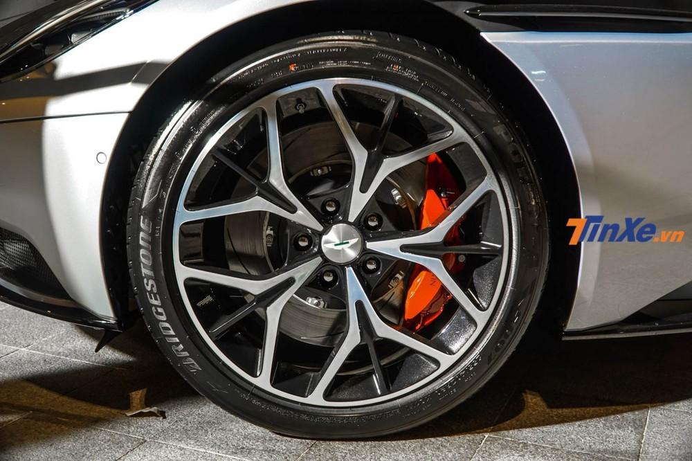 Chiếc siêu xe Aston Martin DB11 V8 của doanh nhân Vũng Tàu đi kèm bộ mâm đa chấu sơn 2 tông màu tương phản