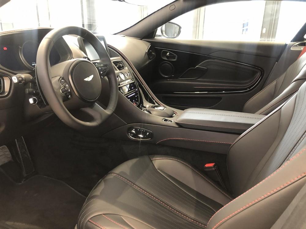 Nội thất chiếc siêu xe Aston Martin DB11 V8 của doanh nhân Vũng Tàu bọc da màu đen kết hợp với dây an toàn và đường chỉ khâu màu đỏ nổi bật