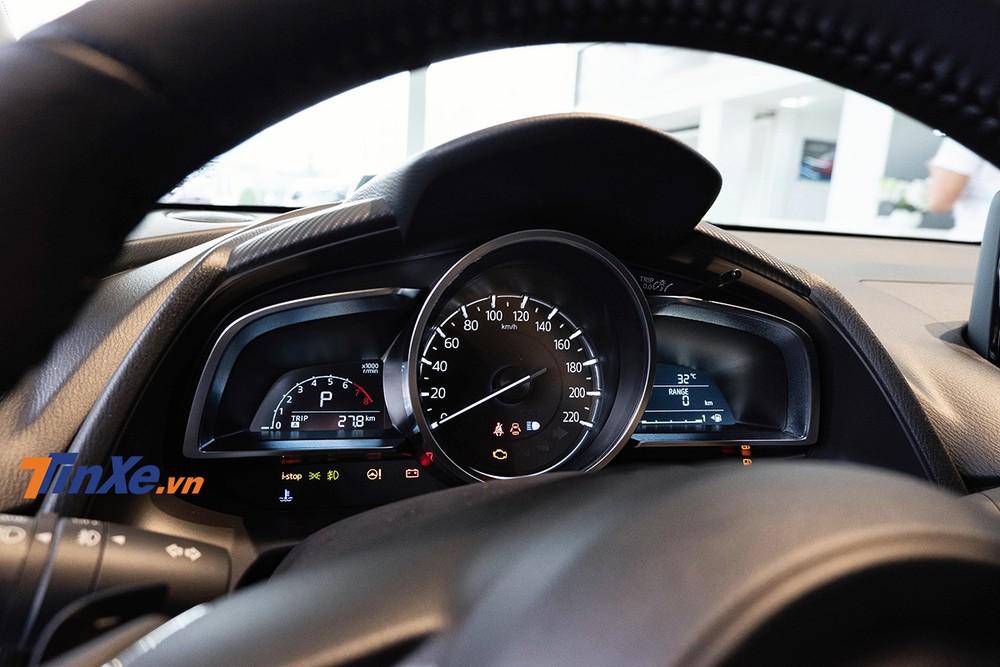 Cụm đồng hồ của Mazda2 gồm một đồng hồ dạng analogue ở giữa và 2 màn hình LCD 2 bên