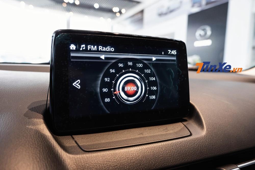 Màn hình thông tin giải trí được đặt hẳn lên cao bắt đúng xu thế thiết kế xe hiện tại