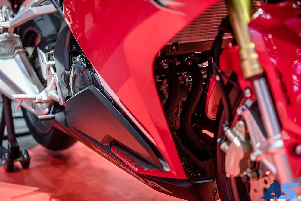 Khối động cơ xylanh đôi 250cc mang lại công suất 38 mã lực rất mạnh mẽ