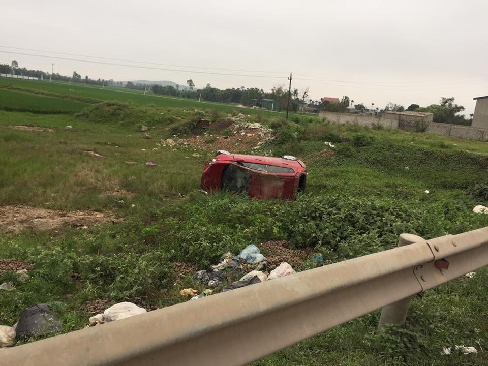 Chiếc Ford Fiesta bị lật nghiêng dưới ruộng