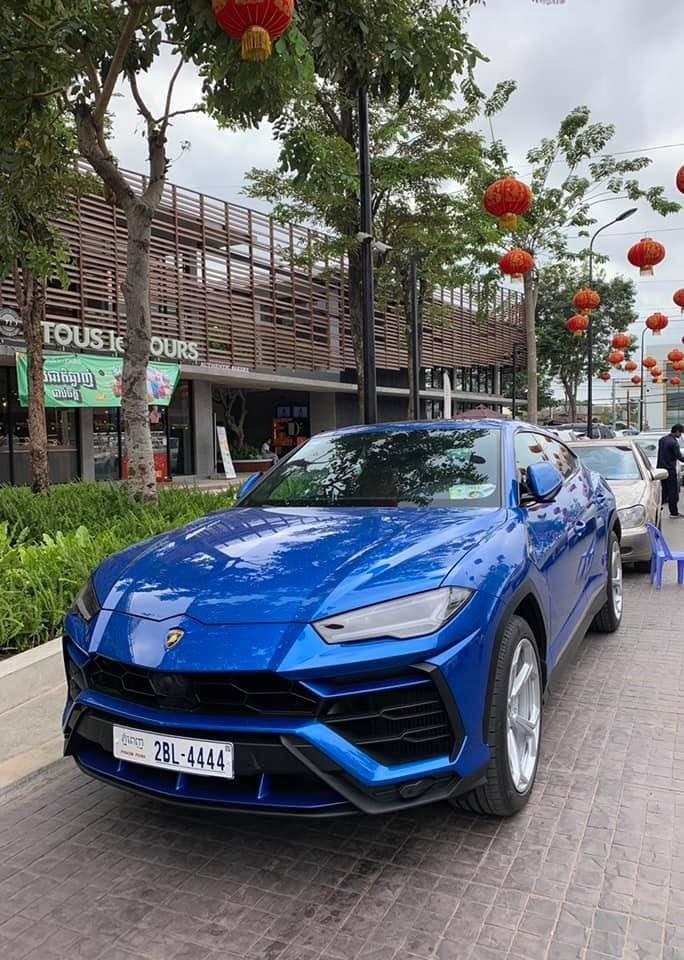 Chiếc siêu SUV Lamborghini Urus đầu tiên mang biển tứ quý ở Campuchia bắt đầu từ con số 4